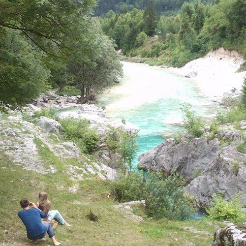 genieten bij Soca rivier in Slovenië; bron Mijn Slovenië
