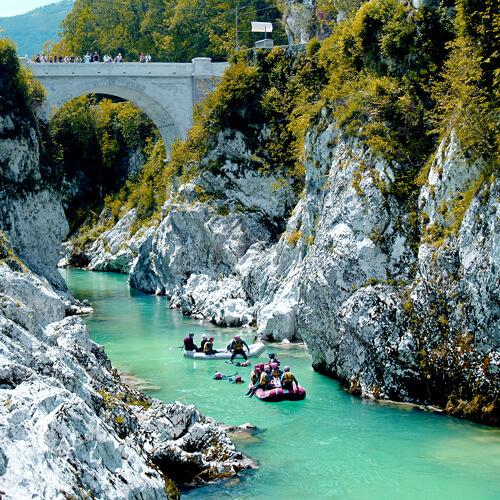 brug over Soca rivier in Slovenië