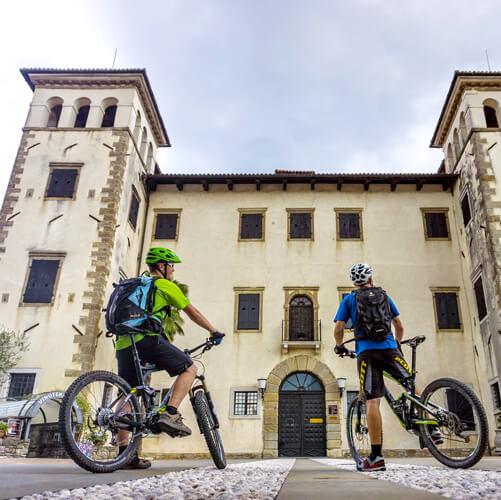 fietsen door Dobrovo kasteel in Brda wijnregio in Slovenië; foto Uros Svigelj; bron VisitGoodPlace