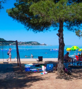 spelen en zwemmen aan de Strunjan strand in Slovenië; bron Mark Koghee