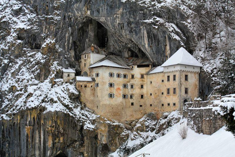 kasteel Predjama in winter in Slovenie
