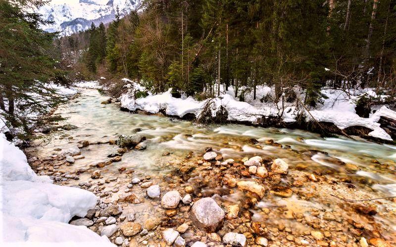 winterwandeling rivier in Slovenie sneeuw