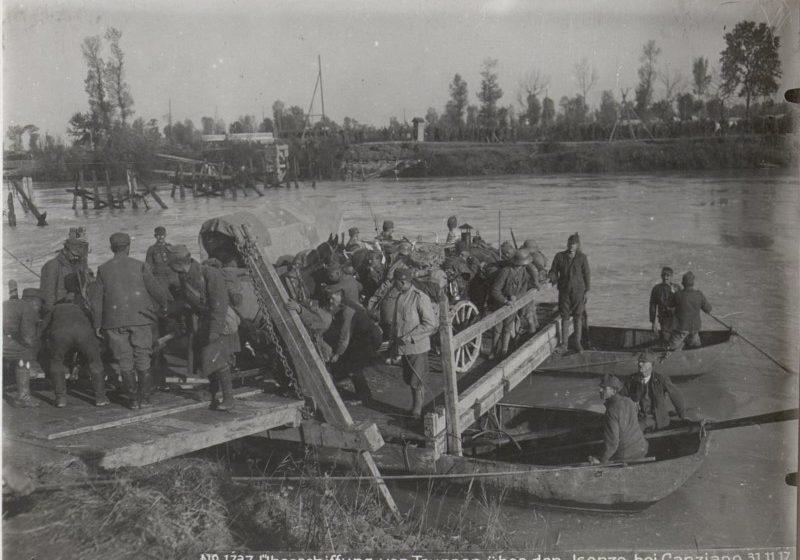 Oostenrijkse troepen steken de Soca over. Bron Bildarchivaustria